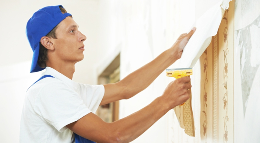 Tradesman stripping wallpaper